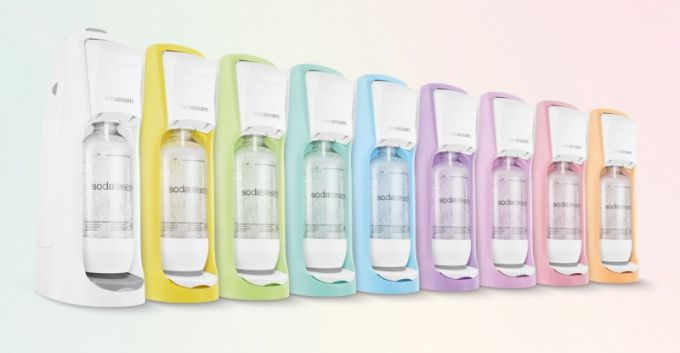 Sérii můžete doplnit výrobníkem perlivé vody SodaStream, který je nabízen ve stejné barevné škále.