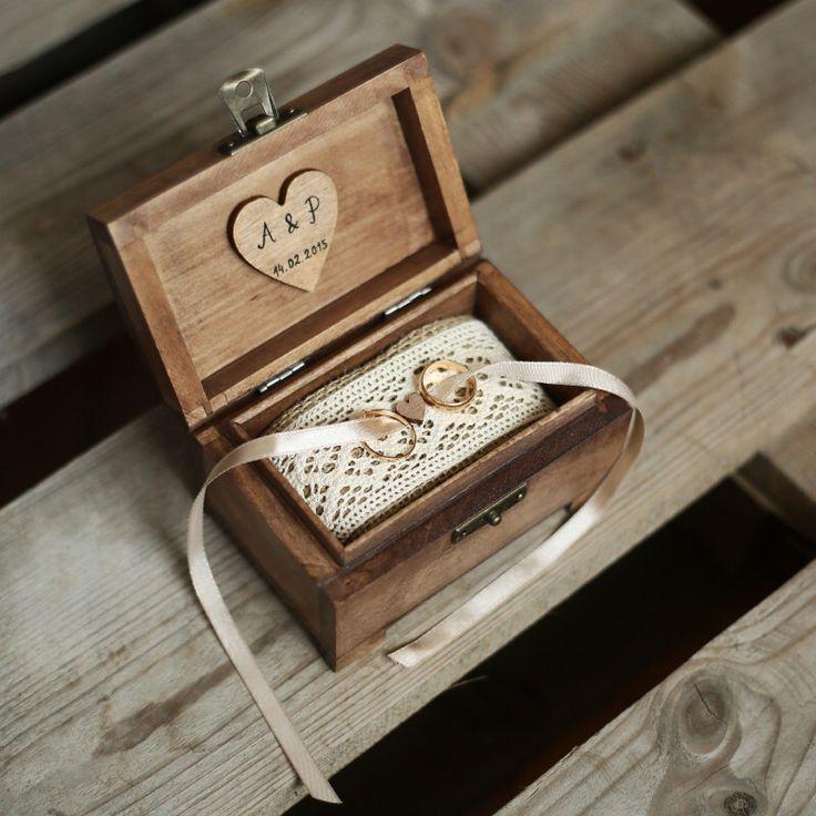 Personalized wedding ring box. Rustic wooden ring box. Rustic ring holder. Ring bearer. von collectivemade auf Etsy https://www.etsy.com/de/listing/228040220/personalized-wedding-ring-box-rustic