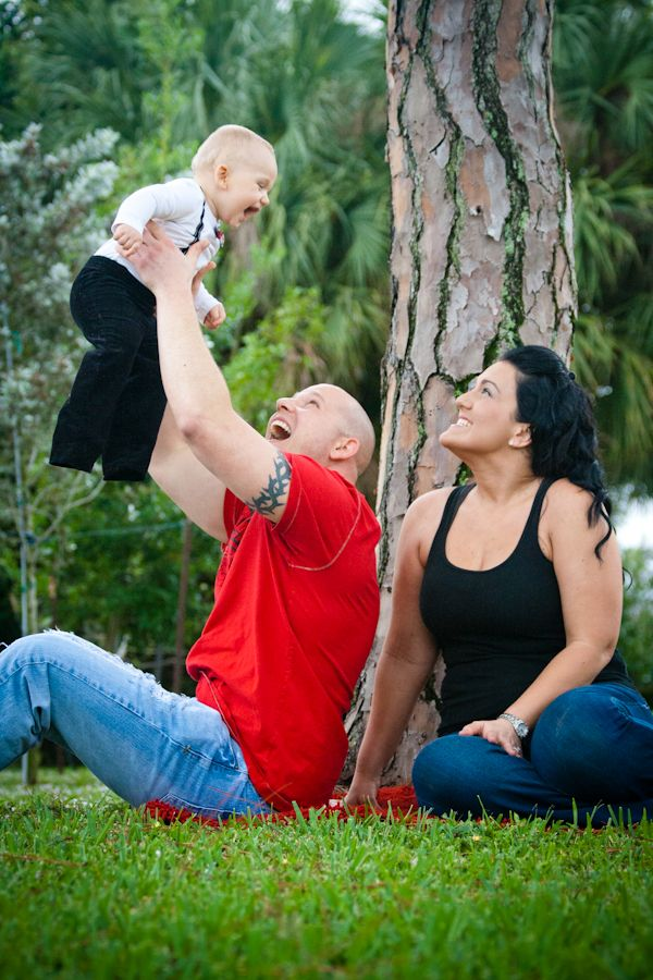 Get outside and have fun with your baby! Family photos should look natural. Family poses with a baby, family portraits in nature, Posing a family of three