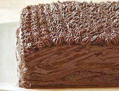 Εύκολη σπιτική τούρτα σοκολάτας με λιγότερα λιπαρά. Με λιγότερα λιπαρά και αρκετές φυτικές ίνες, αποτελεί μια γευστική και πιο διαιτητική παραλλαγή τούρτας