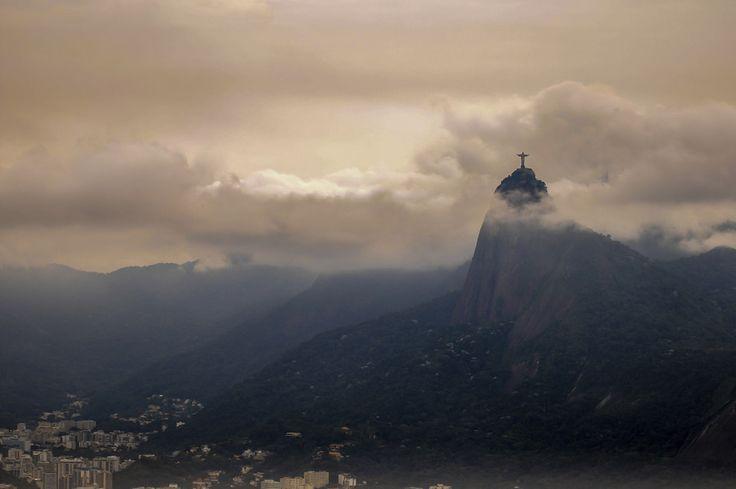 Ele é uma referência na paisagem, faça chuva ou faça sol. | 27 fotos que celebram a beleza do Cristo Redentor