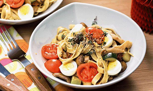Tagliatelle com cogumelos, ovos de codorniz e tomate seco é uma receita fácil e rápida.