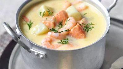 Zupa ziemniaczana z łososiem i krewetkami.