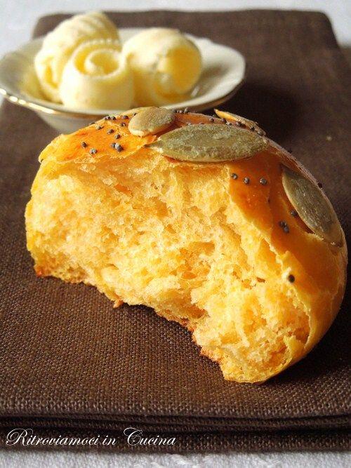 Ritroviamoci in Cucina: Panini Morbidi Salati alla Zucca (senza impastatrice e lunghe lievitazioni)