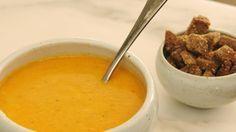 Jeroen maakt een klassieke 'Annie Sioen' soep – een eenvoudige soep van zijn moeder met courgettes en tomaten uit de tuin en afgewerkt met mascarpone.