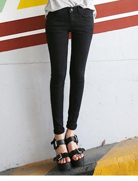 Today's Hot Pick :ベーシックブラックスキニーデニム http://fashionstylep.com/SFSELFAA0014103/hkm0977jp/out ベーシックブラックスキニーデニム♪ 着まわし力抜群の定番スキニーです。 1年中活躍するシンプルなブラックスキニー◎ スパン配合のストレッチ素材で動きやすくラクラクです。 足首までピタッとフィットし美脚を強調! どんなトップスとも合わせやすくデイリーに活躍します。
