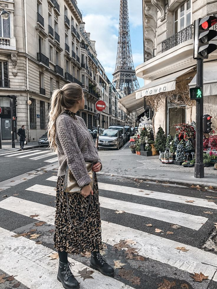 Parisian Fall Vibes - Hier trage ich ein Maxikleid im Leopardenmuster, einen Wollpullover darüber, Boots und die goldene Stella McCartney Bag. Paris Streetstyle, STYLISH, Outfit Inspiration, Outfits Fall and Winter, fashionable Franziskanazarenus.com