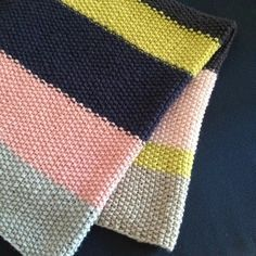 Tæppe Simpelt. Lovely simple free (Danish) pattern for this cute baby blanket.