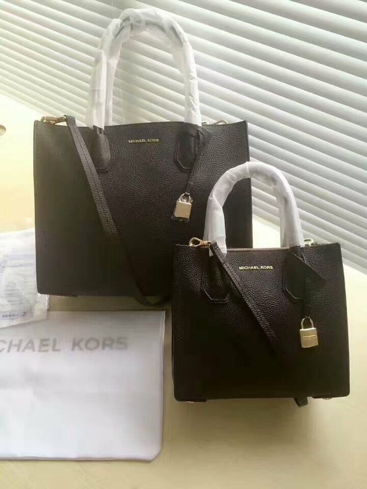 Michael Kors   Medium  Size: 27*20*12cm (105usd) Small Size:22*17*8cm (95usd)
