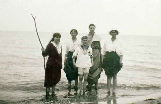 Así eran los Romanov antes de su ejecución Maria, Olga , Alexei, una mujer desconocida y Tatiana Romanov.