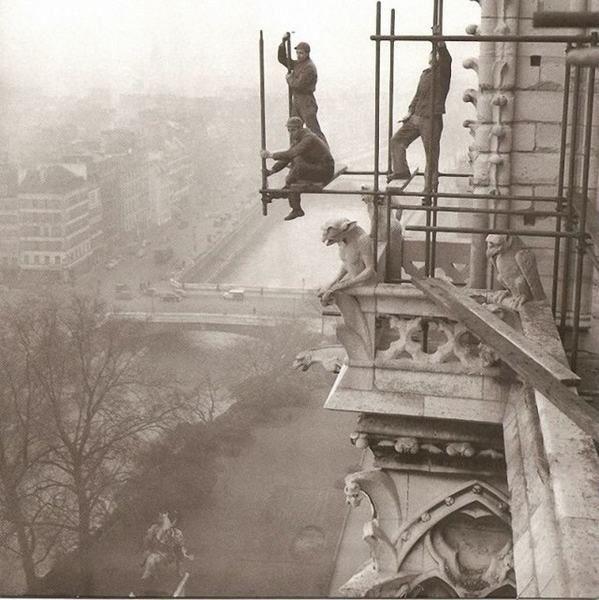Pose d'un échafaudage sur la cathédrale Notre Dame de Paris en 1952 © Roger-Viollet