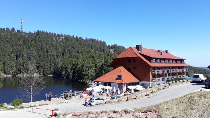 Der sagenumwobene Mummelsee mit Mummelseehotel bietet sich für eine Rast an.