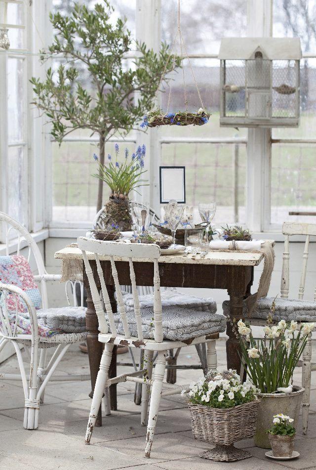 Yllätä vieraasi kevätpöydällä, jonka koristelussa on hyödynnetty sipulikukkia ja risuja.   Unelmien Talo&Koti Kuvat: Minna Mercke Schmidt