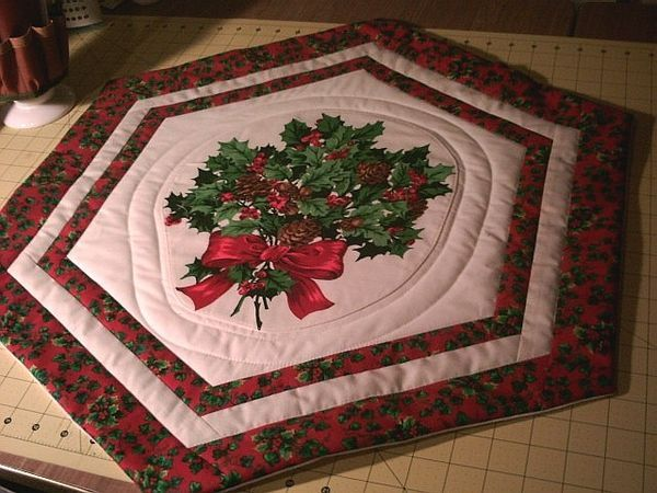 Round Quilted Table Topper Pattern | Thread: Christmas Table Topper Andu2026