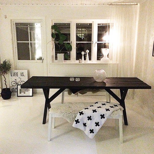 Men idag städades sommaren ut och in kom det egensnickrade bordet från altanen och.......GODDAMN!!!!!! Va bra det blev Nu blir det till att leta snygga stolar till detta istället! Några förslag?? #renoveringsresan #vardagsrum #livingroom #vitt #vitmålatgolv #bord #lob #littlestudio #housedoctor #afroart #olivträd ...