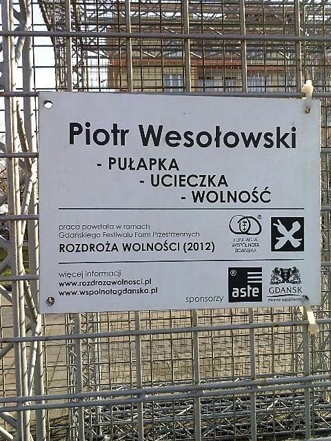 """Praca Piotra Wesołowskiego """"Pułapka, Ucieczka, Wolność"""", powstała w ramach Gdańskiego Festiwalu Form Przestrzennych """"Rozdroża Wolności 2012""""."""