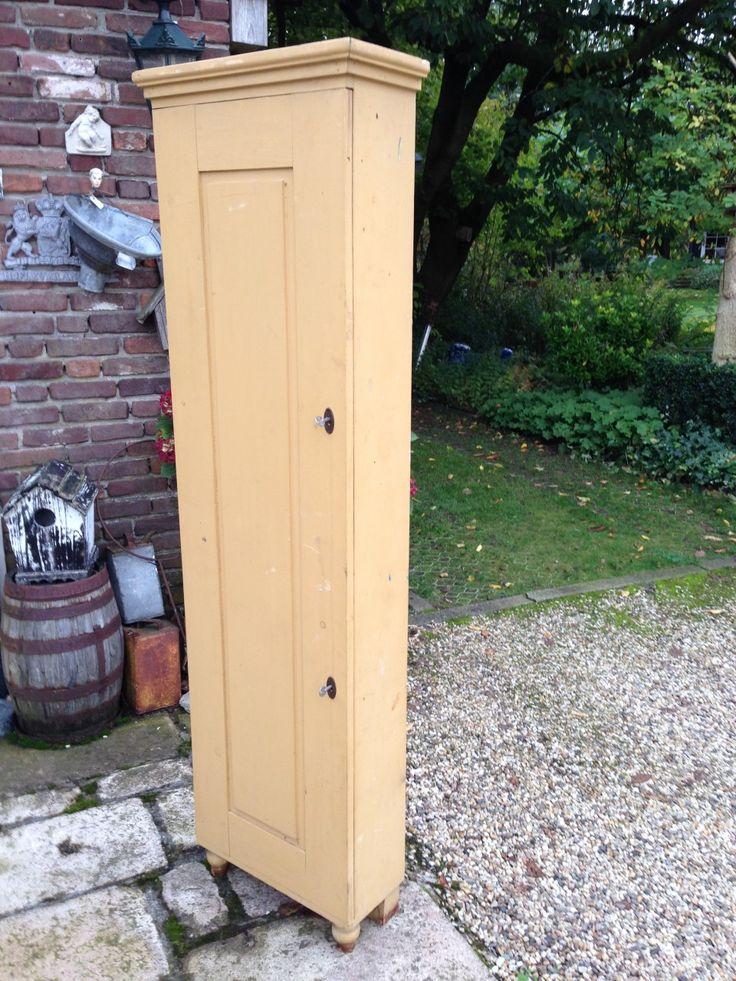 Smalle ondiepe 1 deurs kast met schappen en 2 sloten op de deur