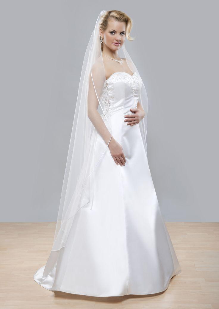 Nádherný tzv. Kaplnkový svadobný závoj z kolekcie Glamour s tenkým saténovým lemom.