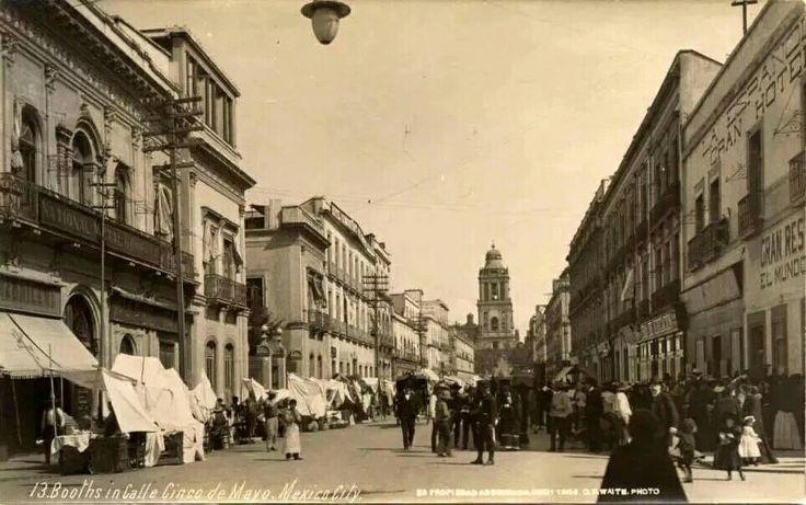 Calle de 5 de Mayo y Motolinia. Al fondo la Torre de Catedral. El edificio de la izquierda se encuentra aún en pie y es la Zapatería La Ribera, el segundo edificio de la derecha también sigue en pie. Siglo XIX