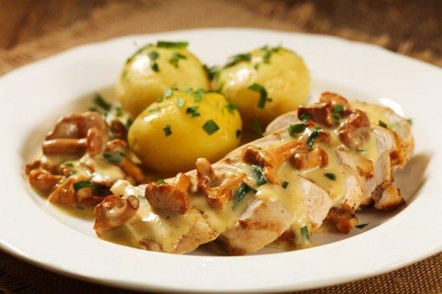Il pollo cremoso con funghi e gorgonzola è un secondo piatto ricco e dal gusto intenso, ideale nella stagione autunnale. Ecco la ricetta