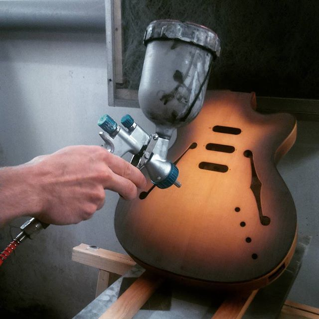 Painting time! #bouwerguitars #sunburst #Defil #polish #guitar #renovation #restore #renowacja #secondlife #guitarlovers #gitara #painting #malowanie #workshop #workinprogress #lutnikzeszczecina #offmarina  #pomorzany #zachodniopomorskie  www.bouwerguitars.com