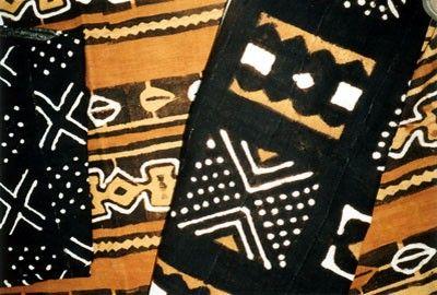 Le bogolan est un mot qui vient du bambara, langue la plus parlée au Mali. Il désigne à la fois le tissu et sa technique de fabrication. Anc...