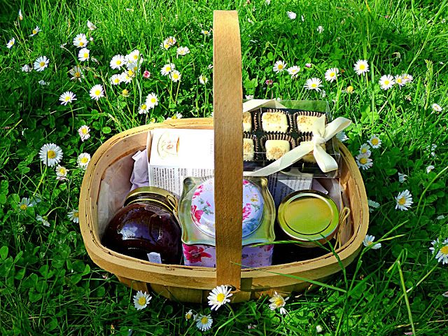 Chez Maximka: Time for Tea Trug from Serenata Flowers (review + giveaway 10 July 2015)