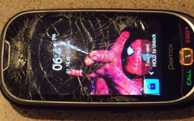 16 modi originali e creativi per riparare lo schermo rotto Bei tempi quelli del Nokia 3310, incolume praticamente a tutte le cadute e le botte accidentali. Oggigiorno invece, i display degli Smartphone si frantumano con una facilità disarmante. Ogni volta ch #schermo #display #rotto