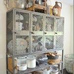 Mutfak konusunda yapılacakların sonu gelmiyor. Eski dolapları mutfakta kullanma fikri ise bu sıralar oldukça moda oldu diyebiliriz. Eskinin tel dolapları şimdi modern halleri ile mutfaklarda yerini alıyor. Biz de burada eski dolapları yenileyerek bir adım öteye gidebiliriz. Eski dolaplar mutfakta ihtiyaca göre şekillendirilerek hem depolama alanı hem de görsel olarak katkı sağlayarak dekorasyonun önemli birer parçası olacaklardır. Eski dolaplar büyük ihtimalle yemek odası takımlarının artık…