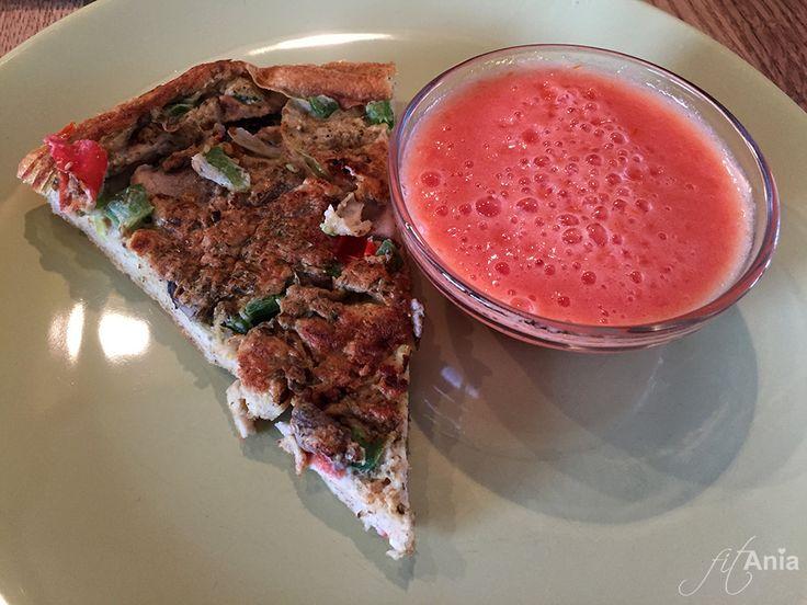 It looks like a pizza, but it's an omlette!  Do pizzy dodałam prosty, czosnkowo-pomidorowy sos. #pizza #omlet #dieta #redukcja #przepis #fitfood