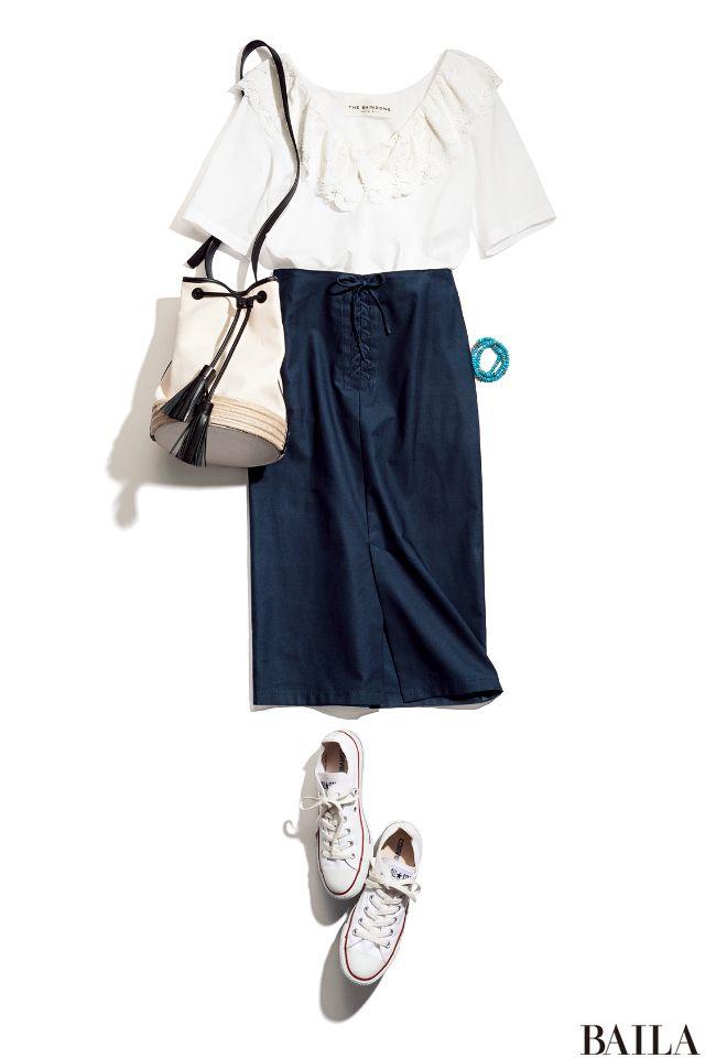 今季は、肌出しデザインのトップスが話題。大人の女性なら、デコルテがキレイに見える白フリルのアイテムがオススメです。ネイビータイトと組み合わせれば、きちんと感も涼やかさも高いトレンドスタイルに。こなれ感を出したいなら、足元は定番コットンスニーカーで外して。バッグも白のレザー調を選ぶ・・・
