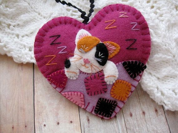 Awww - Kittys all tuckered out. Time for some zzzzzs under a comfy patchwork quilt!     I used top quality 100% wool felt in mulberry (a medium rose