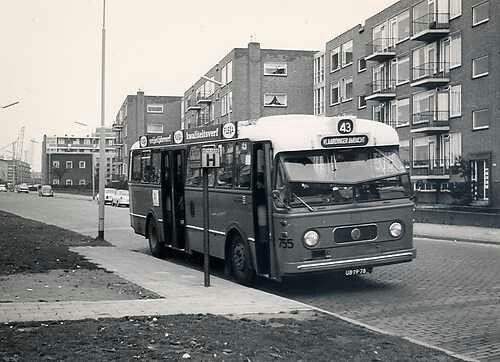 Bus 43 met oude haltepaal op de van hogendorplaan.