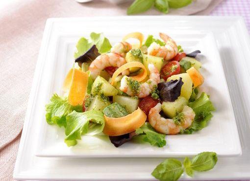 Insalata estiva con verdure, gamberi e Pesto fresco con basilico genovese DOP e pinoli senz'aglio