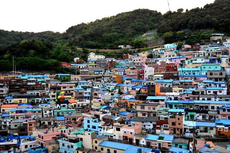 韓国には経済的に貧しく平地に住めなかった人が多く暮らす貧民街、スラム街ともいえる場所だった「タルトンネ」と呼ばれる街があります。訳すと「月の街」、ロマンティックですが、屋根が破れて家の中から月が見える事などから付けられた名称で、おおよそロマンティックとは程遠い意味を含んでいます。そんなタルトンネの一つ、釜山の甘川洞文化村は、近年カラフルな家並みにアートが点在し素晴らしい景観を造っています。