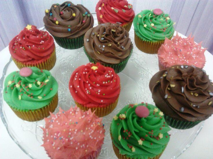 En el desayuno o en la merienda, entran bien unos #cupcakes de fresa, vainilla y chocolate!
