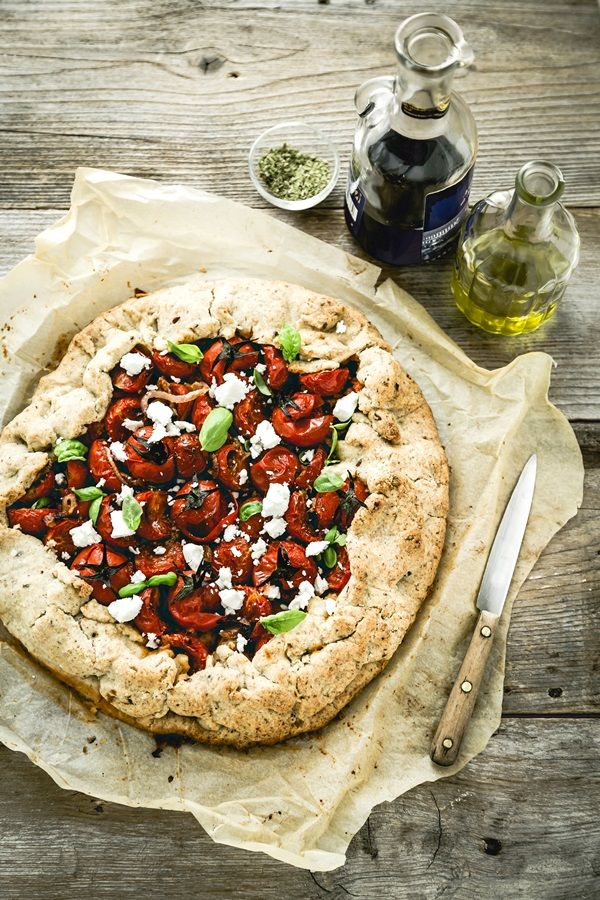 """A ridaje col forno. Una ricetta """"only the brave"""". Torta salata ai pomodori arrosto. Tanto non fa caldo (ma si mangia anche fredda)."""