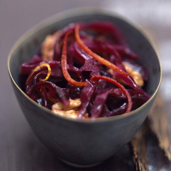 Marre des salades vertes ? Testez le chou rouge ! Assaisonné avec du cumin et des noix, vous obtiendrez une entrée simple, mais savoureuse.