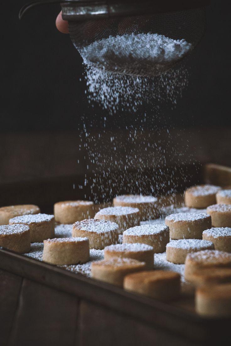 Ricciarelli (Italian Almond Cookies) | HonestlyYUM (honestlyyum.com)