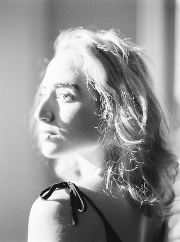 Photo by Alice Nunes Vicente Photography #photo #editorial #photoshoot #sessaofotografica #beauty #blackandwhite #home #window #light #alicenvphotography #shorthair #cabelocurto #blonde #dress