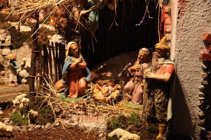 IL PRESEPE El pesebre es la representación de la escena del nacimiento de Jesús, logrado por medio de estatuas de diferentes materiales, se prepara tradicionalmente en casas e iglesias en el período entre Navidad y Epifanía.