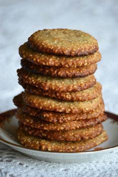 Ropogós SZEZÁMMAGos keksz - Hozzávalók 36-38 darabhoz: 5 dkg vaj, 1 dl habtejszín, 15 dkg kristálycukor, 20 dkg szezámmag (hántolatlan), 12 dkg liszt.