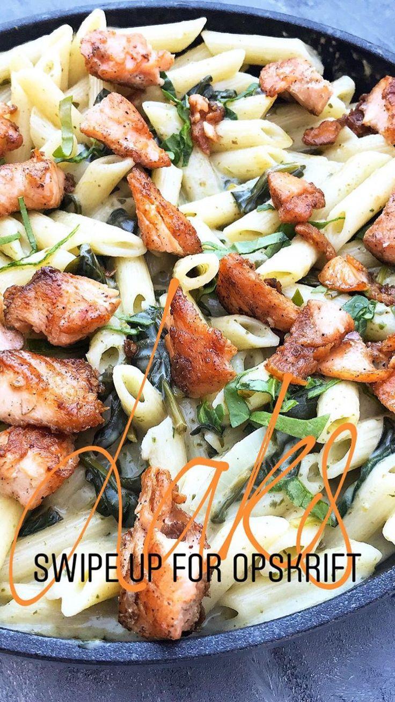 Pasta med spinat og sprødstegt laks Opskrift | Mummum | 225g, lax  300g. pasta penne 3 fed hvidløg 1 lille løg 2 dl. hvidvil 150g. frisk spinat salt/peber Lidt dråber citronsaft 250 ml. madlavningsfløde (arla créme fraîche/kavli mjukost) Instastory recept