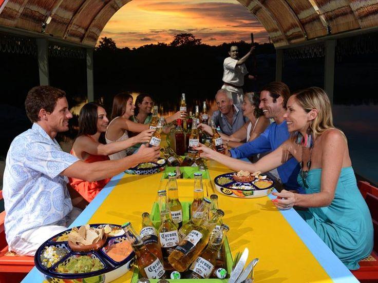 Durante el recorrido puedes probar varios platillos mexicanos como el mole, tamales, barbacoa y mariscos. También estarán a tu alcance el tequila y varios tipos de cerveza mientras te relajas con buena música mexicana.