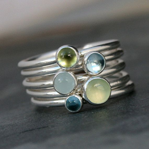 Frühlings-Stapeln Ringe  Eine heitere Mischung aus Blues und Greens. Fünf handgefertigten Sterlingsilber Stapeln Ringe. Glatten Ring-Bänder sind mit einer Vielzahl von Edelsteinen festgelegt. Tragen sie alle zusammen, mischen Sie und übereinstimmen Sie, oder einfach tragen Sie einen schönen Ring, zur Zeit.  5mm Prehnit Sky Blue Topas 4mm 4mm Peridot4mm Aquamarin Schweizer Blue Topas 3mm  Jeder Ring ist 1/16 Zoll. Gemeinsam ist der Stapel nur über ein Viertel Zoll breit (5/16).  Dies...