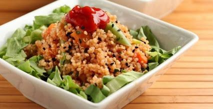 Esta é uma salada perfeita para os dias de verão ou para levar para o escritório... #Salada_de_quinoa_e_legumes #receitas #saladas #quinoa #legumes #abóbora #saudável #marmita #verão #calor