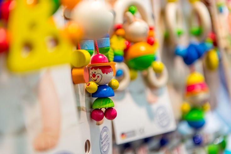 Babyspielzeug von HOBEA-Germany - Hochwertiges Holzspielzeug Made in Germany. Das Spielzeug ist komplett aus natürlichem Holz mit fröhlich bunten Farben auf wasserbasis gefertigt. Schönes und praktisches Motorikspielzeug für den Kinderwagen & Co.  #Baby #Spielzeug #Holzclip #Holzspielzeug #Babyspielzeug #Clipfigur #Kinderwagenkette #holzspielwaren #babyausstattung #babygeschenk #geschenkidee #geburt #hobeagermany #babyartikel