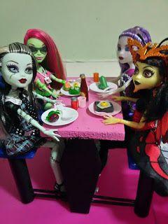 #paracegover.  Frankie filha de Frankenstein, Venus filha da planta carnívora,Spectra filha da fantasma e Luna filha do homem traça estão fazendo sua refeição monstruosa na Sangueteria.