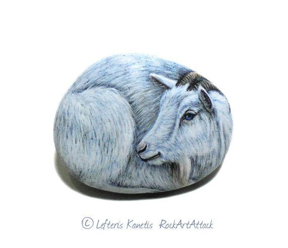 Piuttosto bianco capra ritratto mano dipinta su una piccola pietra! È dipinto con acrilico pitture, rifinito con vernice lucida di alta qualità.