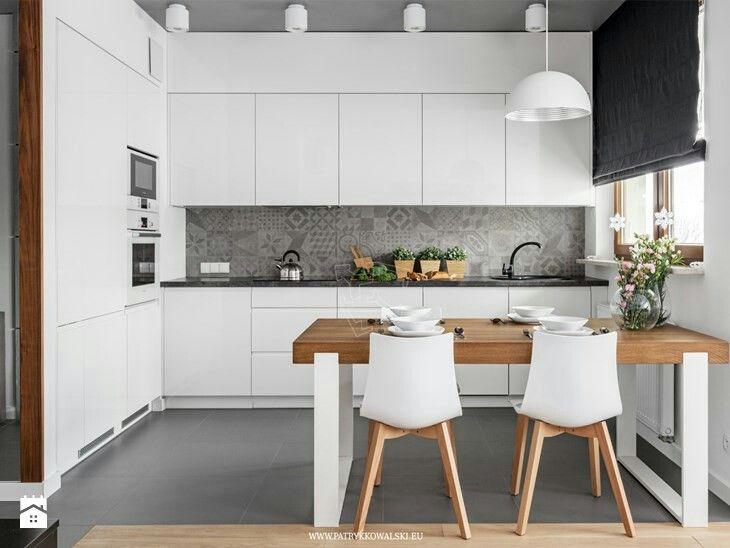 kolory w kuchni, zabudowa i stół z krzesłami